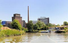 Blick von der Krückau auf die Kölln-Werke. Rechts er Elmshorner Sportboothafen.