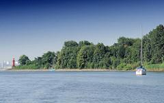 Pagendorfer Binnenelbe - im Hintergrund das Leuchtfeuer an der Einfahrt - zwei Segelboote liegt am Ufer der Elbinsel vor Anker.