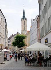 Fussgängerzone mit Strassencafe in Passau - im Hintergrund der Turm der evangelischen St. Matthäuskirche - geweiht 1859, Architekt Hofbaumeister Friedrich Bürklein.