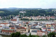 Blick vom St. Georgsberg auf die Altstadt von Passau an der Donau. Im Vordergrund das Alte Rathaus mit Rathausturm, dahinter die Inn und die ehem. Jesuitenkirche St. Michael. Am gegenüber liegenden Innufer Historische Wohngebäude, Gewerbegebäude