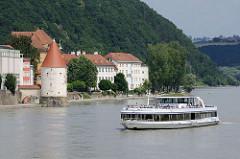 Fahrgastschiff auf einer Flüsserundfahrt auf der Inn - im Hintergrund der Schaiblingsturm, der im 13. Jahrhundert entstand. Teil der Stadtbefestigung und Pulverlager.