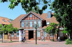 Fachwerkgebäude in Bremervörde - FahrradfahrerInnen in der Fussgängerzone.