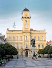 Rathaus und Platz mit Bäumen und Bänken in Komarno / Slowakei an der Donau.
