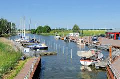 Alter Hafen / Sportboothafen von Neuhaus an der Oste - Segelboote und Motorboote liegen am Steg...