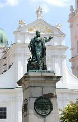 Max-Denkmal - Statue des bayerischen König Maximilian Joseph I. im Krönungsornat - eingeweiht 1824; im Hintergrund die Westfassade des Doms St. Stephan in Passau.