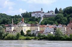 Historische Wohngebäude, Gewerbegebäude am Ufer der Inn in Passau / Innstadt. Auf dem Hügel die Wallfahrtskirche Mariahilf; begründet 1622, Kirchenbau errichtet 1627.