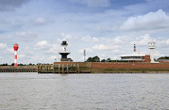 Leuchtfeuer / Leuchttürme und Betriebsgebäude an der Einfahrt der Schleuse zum Nord Ostsee Kanal - Blick von der Elbe.