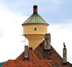 Kuppel des Bamberger Wasserturms am Schlachthof - Ziegeldächer mit Schornsteinen.