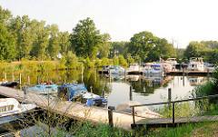 Blick auf den Sportboothafen Dömitz hinter der Schleuse am Beginn der Wasserstrasse Elde Müritz.