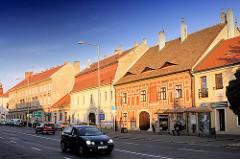 Strasse mit Wohnhäusern in der Abendsonne von Mosonmagyaróvár, Ungarn.
