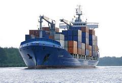 Hochbeladenes Containerschiff EL TORO auf dem Nord Ostsee Kanal - der Frachter hat schiffseigene Ladekräne.
