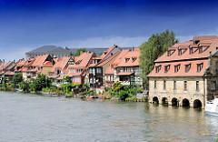 Historische Häuser am Ufer der Regnitz in Bamberg; die Fischersiedlung wird auch Klein Venedig genannt.