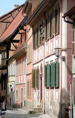 Historische Hausfassaden in einer Seitenstrasse Bambergs - Fensterläden, Kopfsteinpflaster.