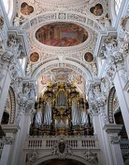 Hauptorgel auf der mittleren Westempore des Doms St. Stephan in Passau.
