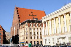 Architektur der Stadt Wroclaw, Breslau - Ziegeldach mit Kreuz, gotische Kirche St. Dorotheen.