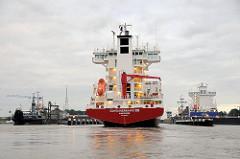 Der Containerfeeder CONTAINERSHIPS VIII am frühen Morgen vor der Schleuse Brunsbüttel im Nordostseekanal. Rechts ist ein Frachter schon eingeschleust.