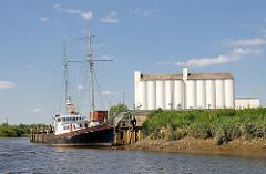 Silos und Kutter am Itzehoer Hafen an der Stör.