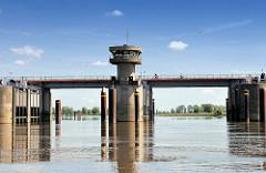 Sperrwerk der Stör - 1975 zwei Kilometer oberhalb der Mündung erbaute Störsperrwerk schützt vor Hochwasser / Sturmflut.