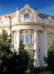Fassade eines reich verzierten Gebäude nahe der Basilika von Eger.