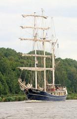 Der Dreimaster THALASSA  auf dem Nord Ostsee Kanal; das Segelschiff hat eine Länge von 47m und eine Breite von 8m.