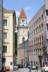 Wohn- und Geschäftshäuser, schmale Strasse in Passau - Rathausturm mit Uhr - Altes Rathaus.
