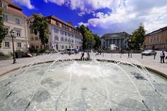 Bismarckplatz in Regensburg - historische Architektur, Springbrunnen - Wasserbecken.