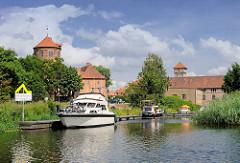 Blick über den Sportboothafen Neustadt Glewe zur alten Burg.