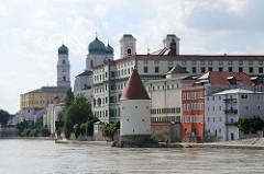 Innpromenade in Passau - Schaiblingsturm, ehem. Jesuitenkolleg / Gymnasium Leopoldium und Türme der St. Michelkirche und Passauer Doms.