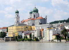 Blick über die Inn auf die Altstadt Passau - Wohnhäuser am Innufer, lks. die Alte Bischöfliche Residenz, vom Ende des 11. bis Anfang des  18. Jahrhunderts Regierungssitz der Passauer Bischöfe. Dahinter ragen die Türme des Passauer Doms in den Himmel.
