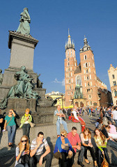 Treffpunkt Adam-Mickiewicz-Denkmal auf dem Hauptmarkt in Krakau - Türme der gotischen Marienkirche.