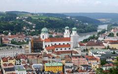 Blick vom St. Georgsberg auf die Altstadt von Passau an der Donau - im Bildzentrum der St. Stephansdom, dahinter die Inn.