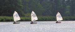 Regatta von Segelbooten / Optimisten auf der Treene -
