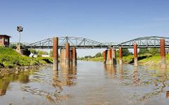 Drehbrücke Klevendeich, die 1887 im Moorreger Ortsteil Klevendeich erbaut wurde - sie ist die älteste funktionstüchtige Drehbrücke Deutschland und steht als technische Kulturdenkmal unter Denkmalschutz.