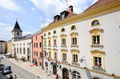 Historische Architektur am Rindermarkt in Passau - im Hintergrund die Kirche St. Johann am Spital.