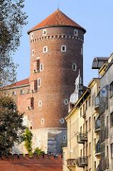 Burgturm und Festungsmauer - Wohnhäuser in Krakau / Kraków.