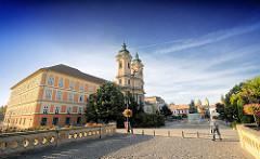 Blick von der Brücke über die  Eger zum Dobó Platz - er war früher der Marktplatz der Stadt - lks. die Minoritenkirche, Pfarrkirche St. Antonius - davor die Bronzstatue Dobó Istváns von Strobl Alajos - es wurde zum Gedenken an den Widerstand gegen di