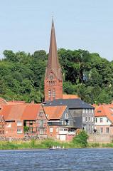 Wohnhäuser und Kirche Lauenburgs am Ufer der Elbe.