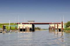 Sperrwerk der Pinnau - Das 1969 errichtete Sturmflutsperrwerk hat eine 20 m breite Schifffahrtsöffnung mit Stemmtoren.