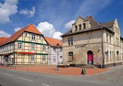 Alte Gebäude in Neustadt Glewe - geschlossenes Postamt, restauriertes Fachwerkhaus.