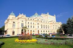 Slowacki Theater in Krakau - eröffnet 1893; Architekturstil der Neorenaissance und Neobarock. Grünanlage mit Bänken, Blumenrabatten.