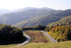 Berglandschaft und Wälder auf den Weg Richtung Eger / Ungarn.