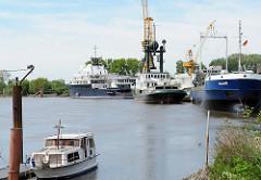 Blick zum Werfthafen an der Stör bei Wewelsfleth.