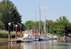 Sportboothafen an der Stör / Beidenfleth; Sportboote liegen am Steg.