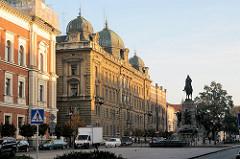 Architektur in Krakau - Kroków; historische Gebäude, Reiterstandbild.