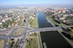 Die Weichsel / Wisla bei Krakau / Krakow - Panorama mit Wawel, Schloss und Burganlage; Strassenkreuzung mit Kreisverkehr, Brücke über den Fluss.