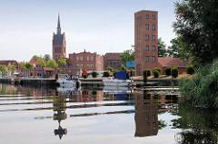 Hafen von Grabow am Elde-Kanal - Kirchturm der St. Georgkirche; gotischer Backsteinbau - erste Erwähnung 1291.