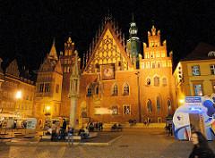 Nachtaufnahme vom Rathaus von Wrocław / Breslau - spätgotische Architektur, reich verzierte Ostfassade.