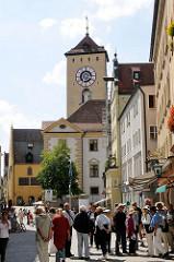 Touristen bummeln in den Strassen von Regensburg - Uhrturm des Alten Rathauses.