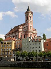 Wohnhäuser am Ufer der Donau in Passau -Stadtpfarrkirche St. Paul, jetziger Bau von 1678.
