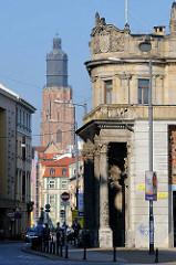 Historische Architektur in der polnischen Stadt Wroclaw, Breslau - im Hintergrund der Kirchturm der spätgotischen Kirche St. Elisabeth.